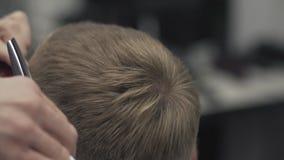 Sluit omhoog het haar van kappersbesnoeiingen met schaar Het hairstyling van mensen in kapperswinkel stock videobeelden