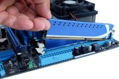 Sluit omhoog het installeren van ram en motherboard royalty-vrije stock afbeelding