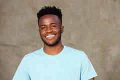 Sluit omhoog het knappe jonge Afrikaanse Amerikaanse mens glimlachen royalty-vrije stock afbeeldingen