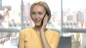 Sluit omhoog het opgewekte vrouw spreken op celtelefoon stock footage