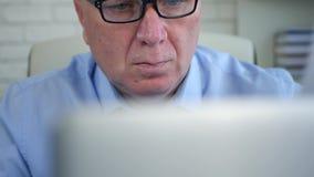 Sluit omhoog het Schieten met Zakenman Working met Laptop en Documenten stock footage