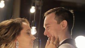 Sluit omhoog het schieten van de bruid van de gezichtenbruidegom binnen huis op huwelijksdag stock video