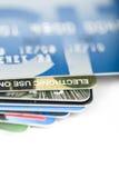 Sluit omhoog het stapelen van creditcards Stock Fotografie