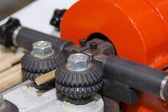 Sluit omhoog het systeem van de rolvoeder van automatische houtbewerkingsmachine voor industrieel bij fabriek stock foto