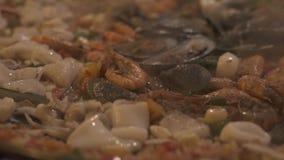 Sluit omhoog het verse mosselen, garnalen en pijlinktvis braden op hete pan De verse zeevruchten van de procesvoorbereiding Voeds stock video