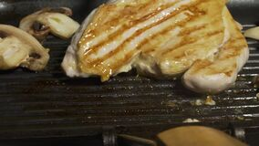 Sluit omhoog het voorbereiden van paddestoelen en chiken op de grill Bereidt eigengemaakte karbonades voor heerlijk Keuken De man stock footage