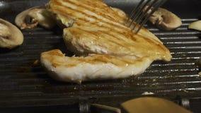 Sluit omhoog het voorbereiden van paddestoelen en chiken op de grill Bereidt eigengemaakte karbonades voor heerlijk Keuken De man stock video