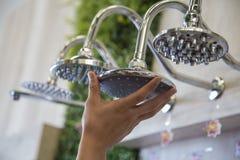 Sluit omhoog het water van de metaalbadkamers en schoonheidsontwerp van hen stock fotografie