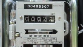 Sluit omhoog het wattuurmeter van de huiselektriciteit stock footage