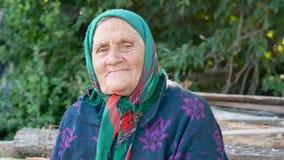 Sluit omhoog het wijze volwassen vrouw in openlucht glimlachen stock footage