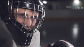 Sluit omhoog hockey die goalie klaar voor het spel worden knipoogt naar de camera stock video