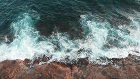 Sluit omhoog hommelmening van reusachtige mooie overzeese golven die tot wit schuim leiden en tijdens onweer bespatten Mooie ocea stock videobeelden
