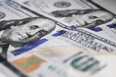 Sluit omhoog honderd dollars baknotes met portret van Benjamin Franklin stock foto