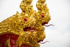 Sluit omhoog hoofd van gouden serpentstandbeeld Stock Foto's
