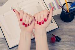 Sluit omhoog hoogste meningsfoto van vrouwen` s handen met geschilderde spijkers in r royalty-vrije stock foto