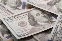 Sluit omhoog hoop van honderd dollars, selectieve nadruk Dollars, ons geldachtergrond stock fotografie