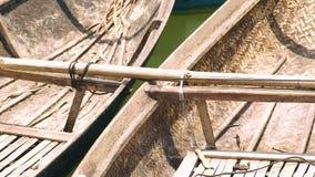 Sluit omhoog houten boten op rivierwater Twee treilers Het varen, schip, vlotter, vervoersconcept stock videobeelden