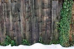 Sluit omhoog houten omheining op de achtergrond van de de wintertextuur Stock Afbeeldingen