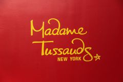 Sluit omhoog iew van rood uithangbord van beroemd Mevrouw Tussauds-museum vector illustratie