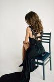 Sluit omhoog individualiteit Nadenkende Elegante Dame in Zwarte Prom-Avondjurk Studio retoucheerde foto stock afbeeldingen