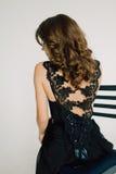 Sluit omhoog individualiteit Nadenkende Elegante Dame in Zwarte Prom-Avondjurk Studio retoucheerde foto stock afbeelding