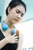 Sluit omhoog Jong Aziatisch meisje die hartaanval hebben Stock Foto's