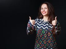 Sluit omhoog Jonge donkerbruine vrouw in heldere sweater die wijd glimlachen Royalty-vrije Stock Foto's