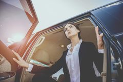 Sluit omhoog Jonge Onderneemster Leaving Black Car stock afbeeldingen
