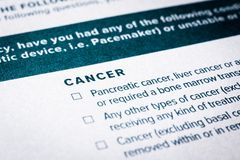 Sluit omhoog kankerinhoud op ziektekostenverzekeringvragenlijst royalty-vrije stock afbeeldingen