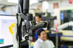 Sluit omhoog kanonaftasten of hand - die van geavanceerd technisch wordt gehouden en modern automatisch 3d laseraftasten voor het stock afbeeldingen