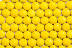 Sluit omhoog keurig geschikt geel kernachtig melkchocolasuikergoed zij stock foto