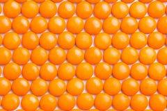 Sluit omhoog keurig geschikt oranje kernachtig melkchocolasuikergoed zij stock foto