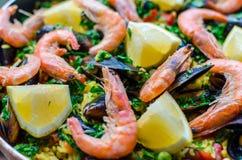 Sluit omhoog klassieke zeevruchtenpaella met mosselen, garnalen en groenten Stock Foto's