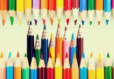 Sluit omhoog kleurenpotloden in kop op wit wordt geïsoleerd dat Stock Foto's