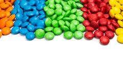 Sluit omhoog kleurrijk chocoladesuikergoed op witte achtergrond met ruimte royalty-vrije stock afbeeldingen