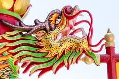 Sluit omhoog kleurrijk draakstandbeeld Het standbeeld van een Chinese draak Stock Foto's