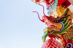 Sluit omhoog kleurrijk draakstandbeeld Het standbeeld van een Chinese draak Stock Afbeelding