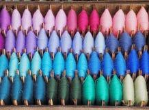 Sluit omhoog kleurrijk van de garentextuur viooltje als achtergrond, magenta, purple, turkoois, nam, groen blauw toe, ets gerold  stock afbeelding