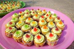 Sluit omhoog kleurrijke cupcakes stock afbeeldingen