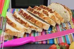 Sluit omhoog Kleurrijke keukenscène met gesneden vers brood op een besnoeiing Royalty-vrije Stock Afbeeldingen