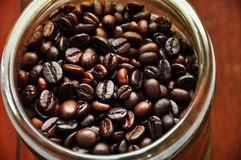 Sluit omhoog koffiebes in fles Stock Fotografie