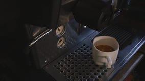 Sluit omhoog koffiezetapparaatmachine met witte koffiekop stock footage