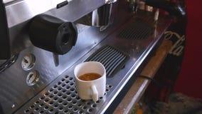 Sluit omhoog koffiezetapparaatmachine met witte koffiekop stock video
