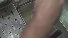 Sluit omhoog kokende ruwe deegwaren in kokend water bij restaurantkeuken Hand van chef-kokkok die verse deegwaren in het hete kok stock footage