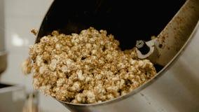 Sluit omhoog kokende zoete popcorn op de fabriek 4K stock footage