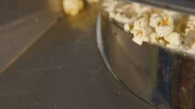 Sluit omhoog kokende zoete popcorn op de fabriek langzaam stock video