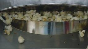 Sluit omhoog kokende zoete popcorn op de fabriek langzaam stock footage