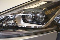 Sluit omhoog koplamp van nieuwe auto royalty-vrije stock fotografie