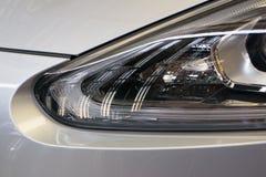 Sluit omhoog koplamp van nieuwe auto Stock Fotografie