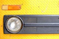 Sluit omhoog Koplamp van Oude Gele Vrachtwagenauto royalty-vrije stock foto's